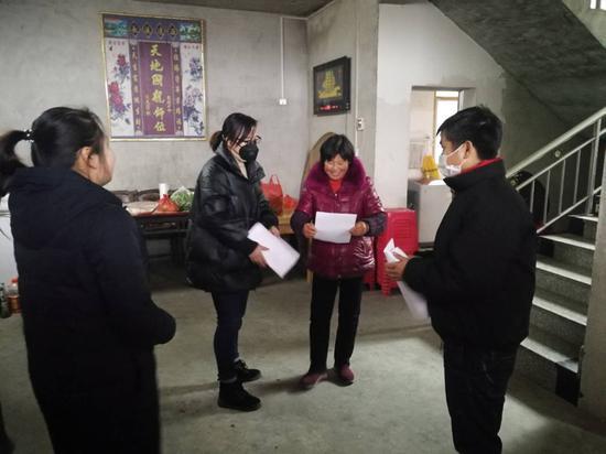 邮储银行英山县支行在扶贫村开展疫情防控工作