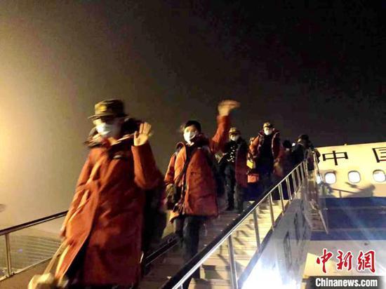 辽宁对口支援襄阳医疗队12日深夜乘机抵达(资料图) 张慧华 摄