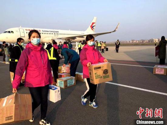 宁夏第二批援襄医疗队12日乘机抵达襄阳(资料图) 张慧华 摄