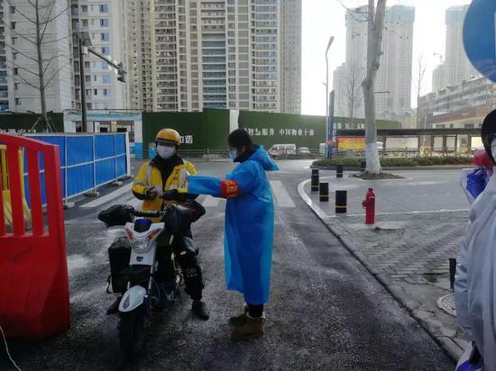 汉阳区洲头街工作人员严格管控外卖人员进入封闭小区 通讯员 王磊 尹娟 供图