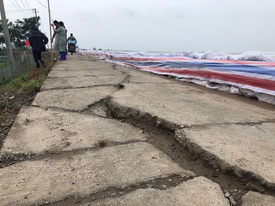 由于承受巨大压力,湖堤上的水泥路很多已裂开,无法通行大型车辆。