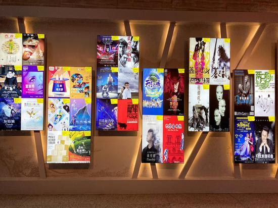 陈列在剧场内的经典戏剧海报