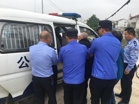 七旬老人摔倒路边 新洲城管队员紧急救助