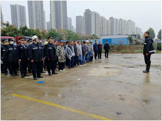 东湖高新区城管冒雨拆除2000平方米违建