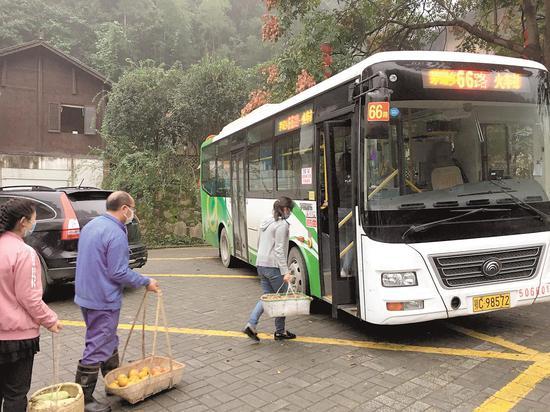 十堰的66路公交车到达东沟村。(湖北日报全媒记者 戴辉 摄)