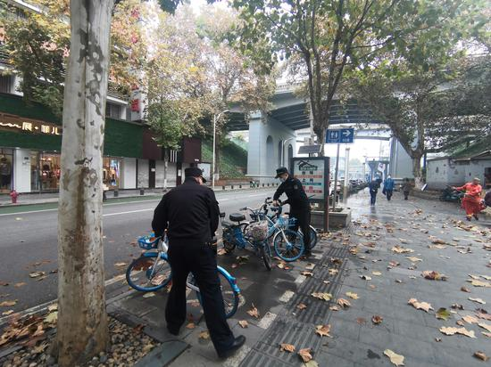 """武昌城管""""服务执法""""整治、提升共享单车停放秩序"""