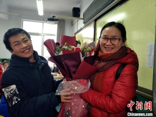 柯美娥老师退休时学生向其送鲜花表达祝福(资料图) 受访者提供