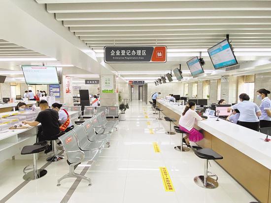 6月8日,武汉市洪山区政务服务中心,随着网上办、自助办等便民措施推广,各种办理事项效率明显提高,办事窗口很难再看到排队等待的市民。(湖北日报全媒记者 魏铼 摄)