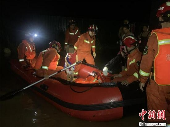 湖北随州16日晚因暴雨渍水,消防转移受困人员 程奇 摄