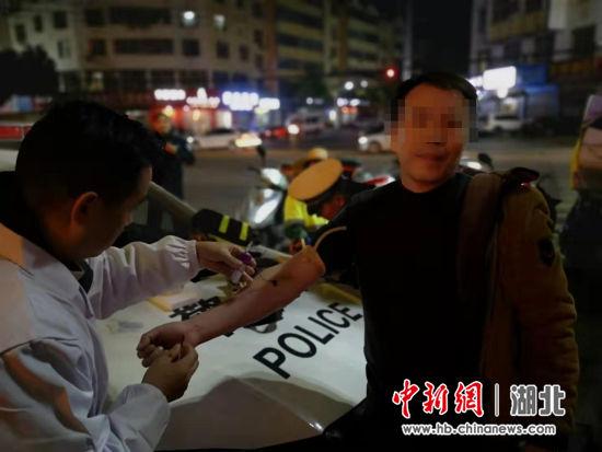 麻城警方查酒驾意外抓获一名潜逃