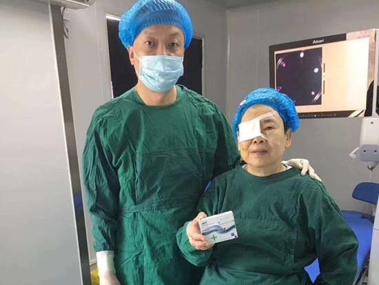 """铂晶白内障手术助七旬""""独眼""""婆婆收获光明"""