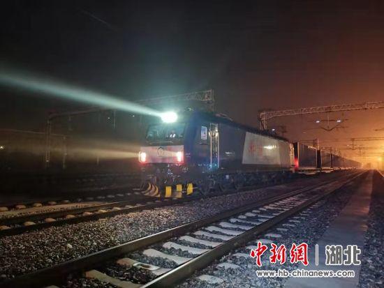 3月20日5时38分,满载鄂产电子产品、机械设备、汽车零配件、通信产品、防疫物资的X8015次列车驶出武汉 王洪洋 摄