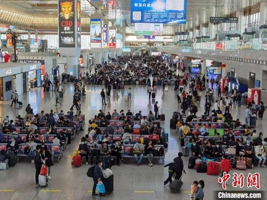 国庆火车票明起开抢 多地强调假期不许大规模聚集