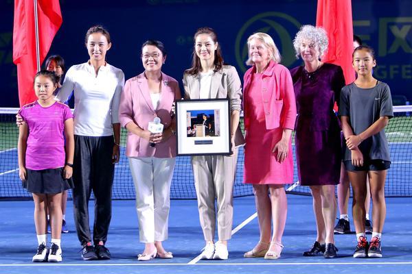 李娜现身武网中央球场接受名人堂纪念牌