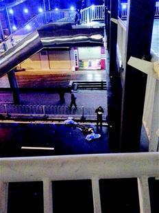 宜昌北山坡天桥下一男子身亡 地上有大量血迹