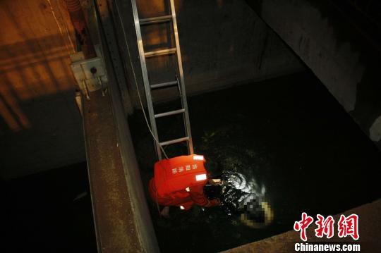 救援人员在一处水闸内找到落水女子 周渤越 摄