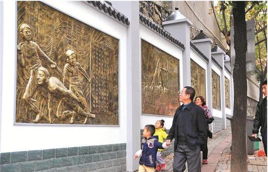宜昌码头文化浮雕登上路边围墙