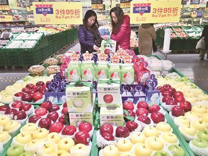 武汉超市苹果穿圣诞装 不论斤卖论个卖最贵达88元