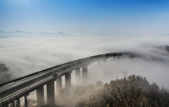 岳武高速经过层峦叠嶂的大别山腹地