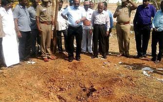 印度疑陨石从天而降司机被砸身亡