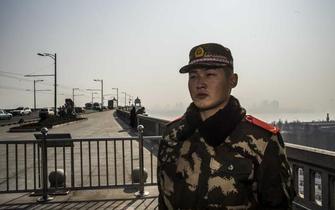 长江大桥上哨兵初一坚守哨位让群众平安