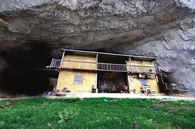 钱家人居住在山洞里,并不是因为贫困,而是故土难离