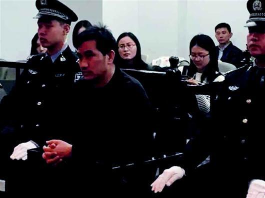 图为:陈良涛出庭受审