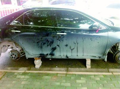 车轮胎被盗_男子车停小区路边5个轮胎被盗 车身被几块砖块垫着