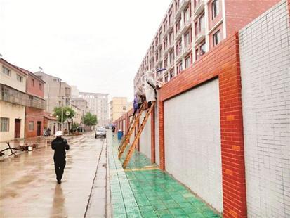 荆州技校现梯子外卖:学校封闭管理 商家送饭上
