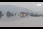 实拍湖北一村庄遇洪水 民居房屋瞬间倒塌
