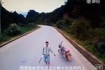 网曝云南西双版纳车匪路霸 光天化日持刀抢劫