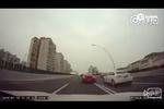 网曝上海两辆跑车疯狂飙车 最高时速达180