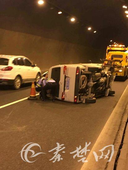 面包车高速隧道内追尾侧翻 高警徒手推车恢复交通