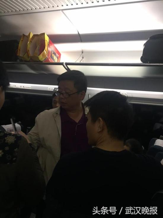 武汉医生高铁上跪救昏迷女孩 救人是义不容辞的责任图片