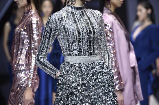 """接下来,中国服装设计金顶奖设计师刘勇带来了""""天溢""""作品,它的灵感"""