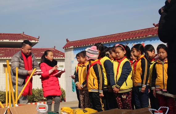 武汉运通益迪客户与女儿一同为当地学生送来书籍