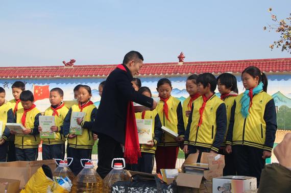 武汉运通益迪客户为学生送来文具