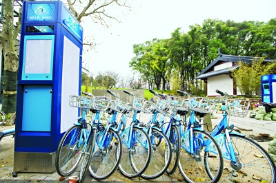 东湖绿道公共自行车开始安装 记者胡九思 摄