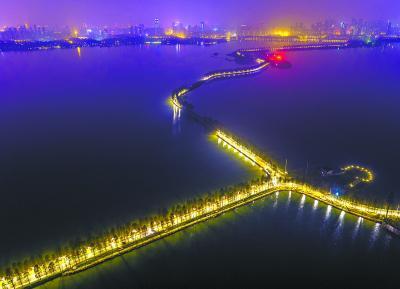 昨晚,亮灯后的东湖绿道如一条宝石项链 记者胡九思 航拍