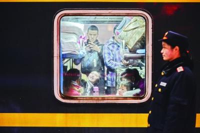 列车车厢里是卧铺改成的硬座记者胡冬冬 摄