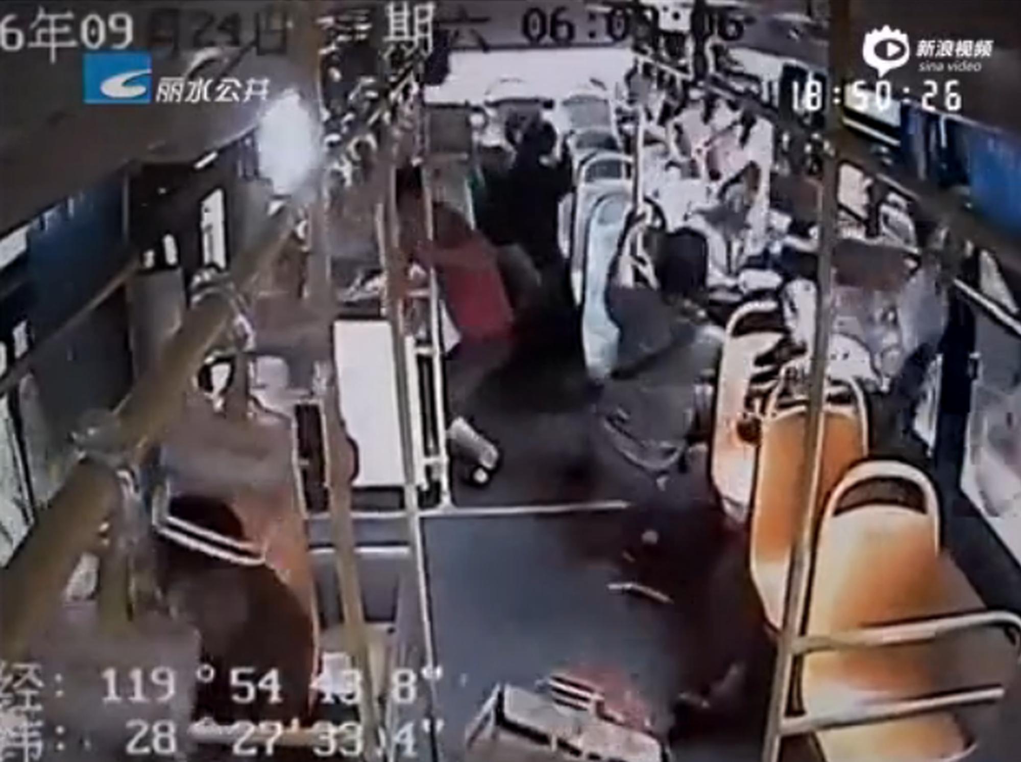 女子坐公交因票钱殴打司机致车失控获刑
