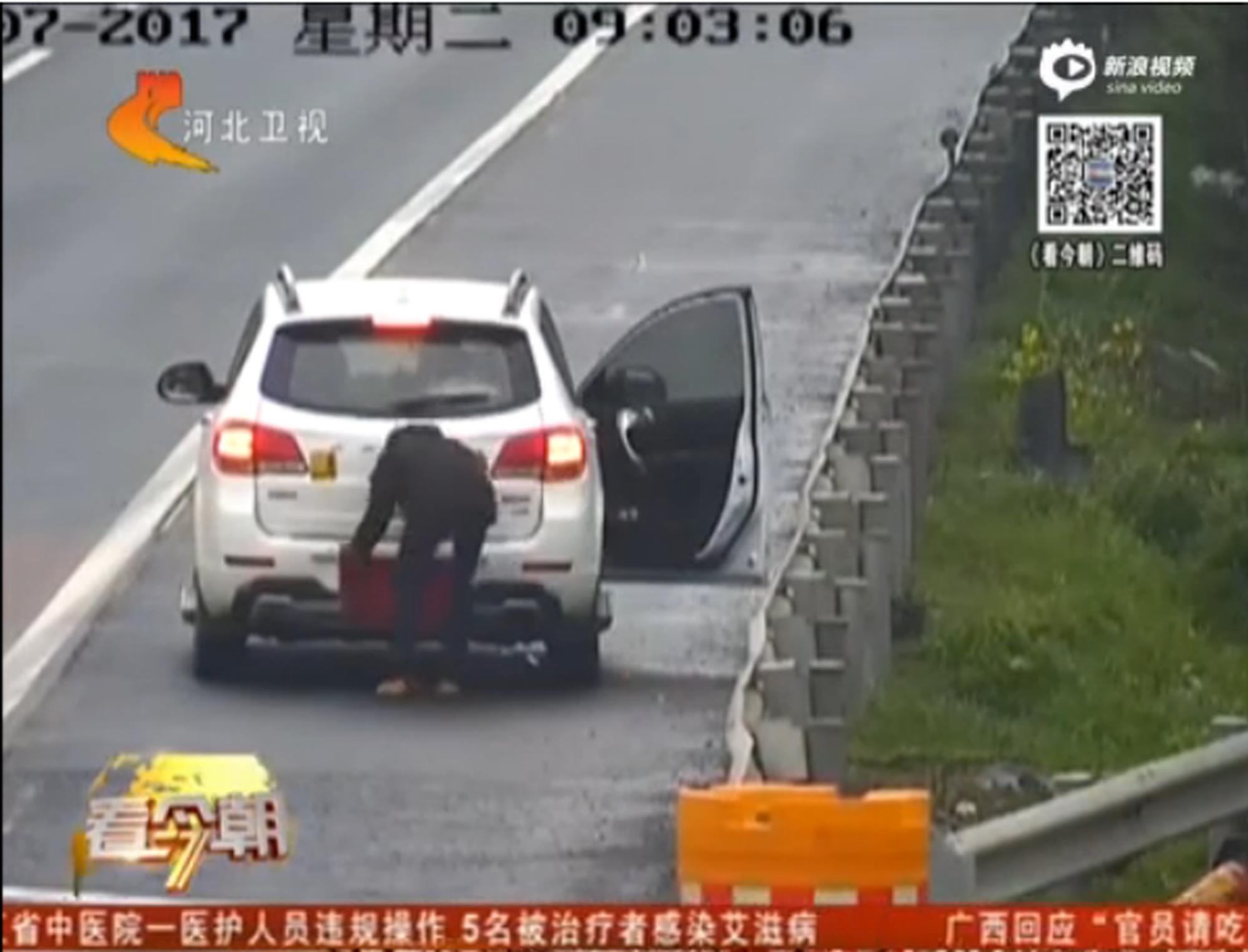 监拍:男子高速上拿毛巾遮挡号牌又倒车