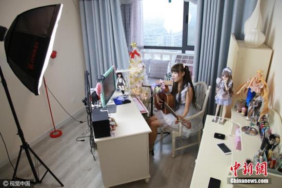 女主播工作中(资料图)。图片来源:中新网-视觉中国