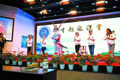 王荔带来的汉剧演员给学生们做示范