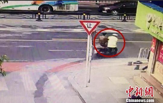 执勤协警被拖行30余米 石宁 摄
