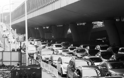珞狮路上,车辆行驶异常缓慢,排起了长龙。记者李子云 摄