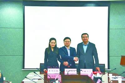 昨天,彭凡(中)和两家投资企业代表签订合作协议彭凡本人供图