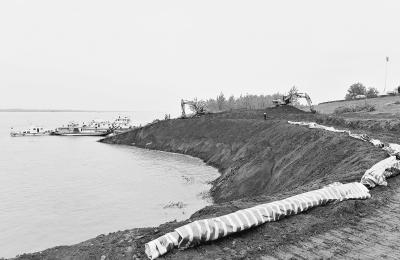 长江干堤洪湖燕窝段发生崩岸