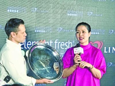 昨 日 , 李 娜 将2013年澳网决赛亚军银盘留在武汉联名餐厅