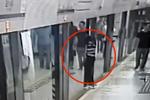 男子低头看手机 被卡地铁屏蔽门与车厢间